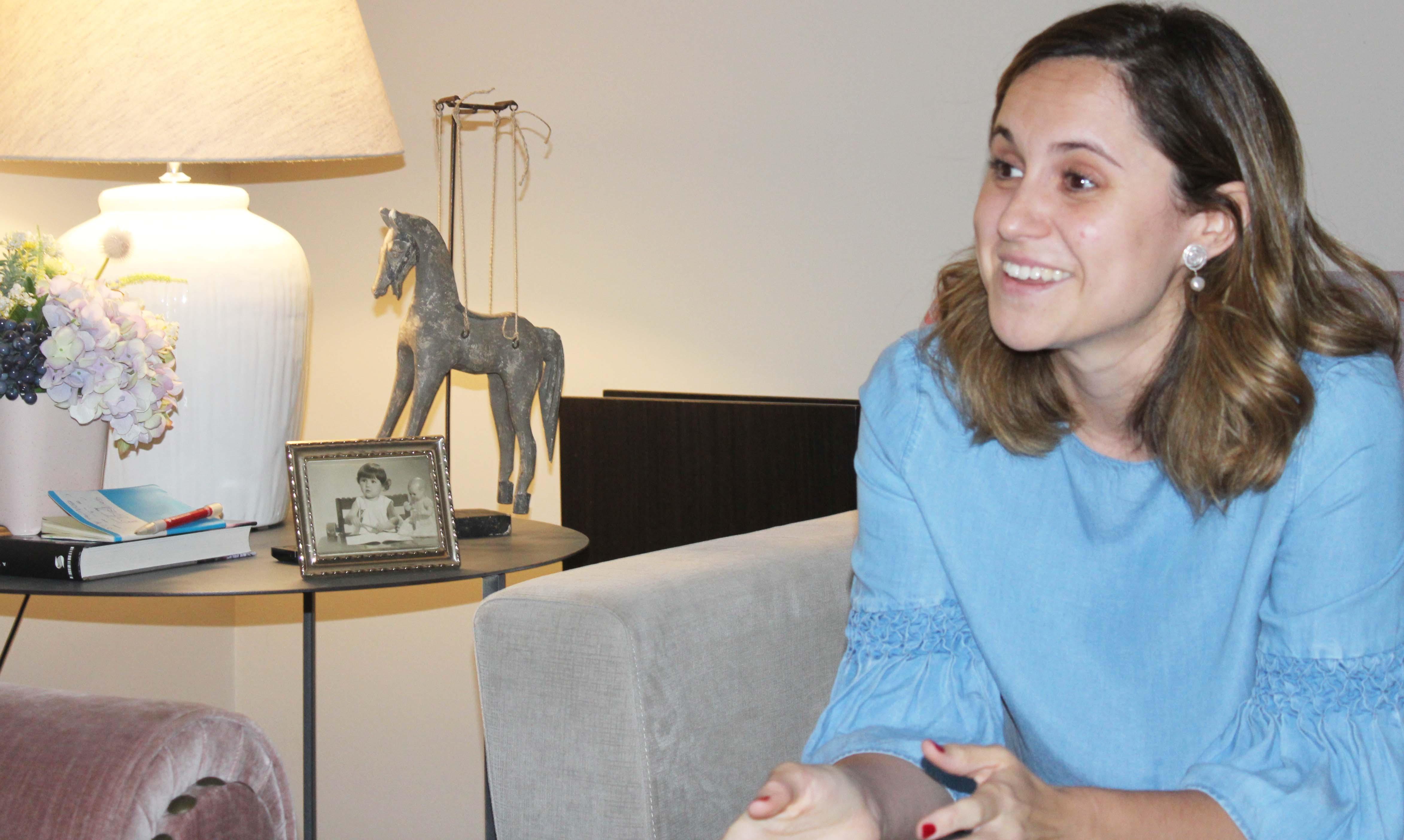 Mar, mujer Alawa en el sofa