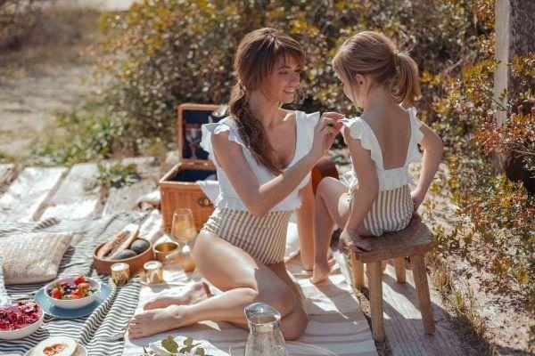 Madre e hija de picnik con bañadores conjuntados