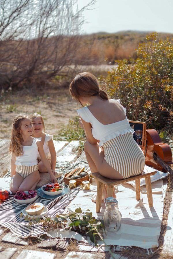 Madre e hijas con bañadores Cande Gold a juego